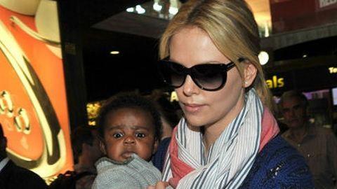 Nézd meg az első fotókat Charlize Theron adoptált kisfiáról!