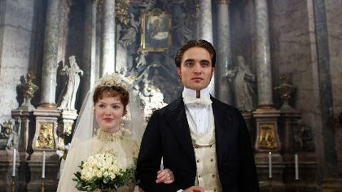 Pattinson gazdag nők hátán kapaszkodik fel
