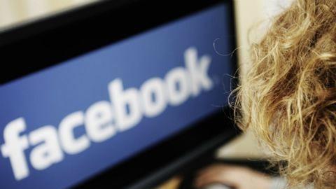 A Facebook miatt perelte be anyját