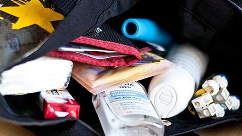10 dolog, ami nem hiányozhat egy nő táskájából, ha fesztiválra megy!