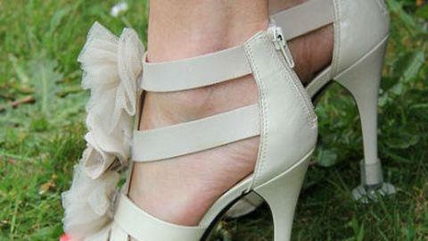 Így óvd a cipőd sarkát nyáron!