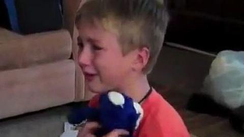Elsírta magát, amikor visszakapta kedvenc plüssállatát – videó