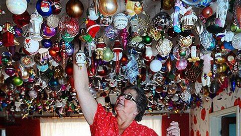 A plafonra akasztja a karácsonyfadíszeket a nagyi