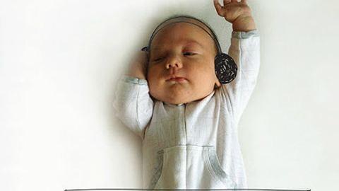 Sztárt csinált az alvó babájából