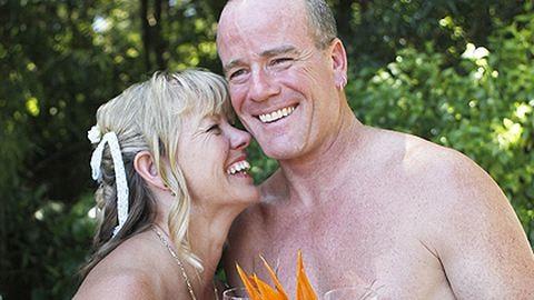 Meztelenül házasodott a pár