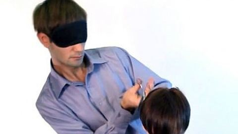 Bekötött szemmel vág hajat a sztárfodrász