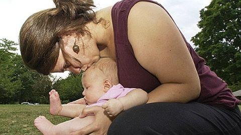 Új trend: nem pelenkázzák a babákat