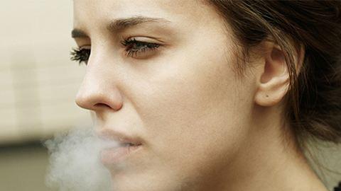 Dohányzó fiatalok: szigorúbb lesz a szabályozás
