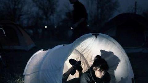 Itt az eldobható sátor!