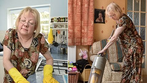Alvajárás közben takarít ki az asszony