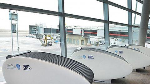 Alvódobozban pihenhetnek az utazók a reptéren