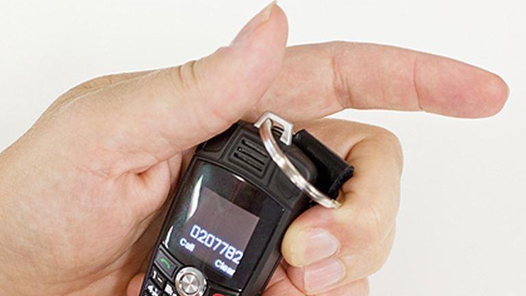 Ilyen a világ legkisebb mobiltelefonja – fotó
