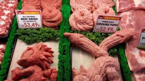 Darált hússal gyurmáznak egy szupermarketben
