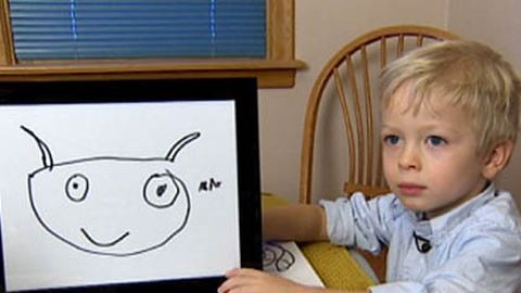 Megható: szörnyekkel ijeszti el a rákot a kisfiú