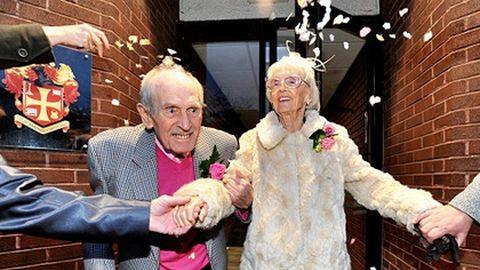 90 éves nőt vett el a 97 éves férfi