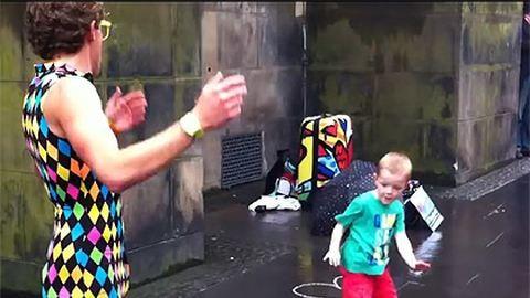 Imádnivaló videó: lenyomta az utcatáncost a kisfiú