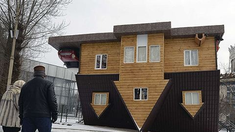Elképesztő: tetővel lefelé épült a ház