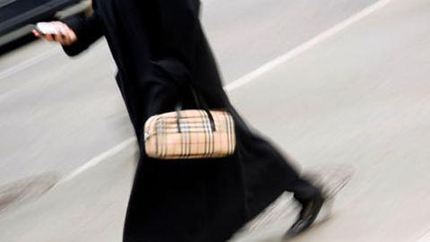 Bebizonyosodott: veszélyes járás közben SMS-ezni