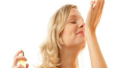 Így lesz tartós a parfüm illata!