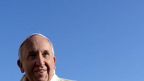 Ferenc pápa megszorít