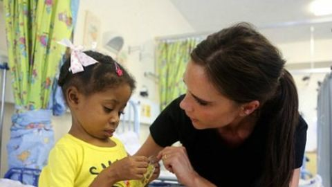 Victoria Beckham az AIDS ellen harcol