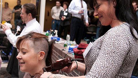 Jótékony célból borotváltatta kopaszra a fejét több mint 400 alkalmazott