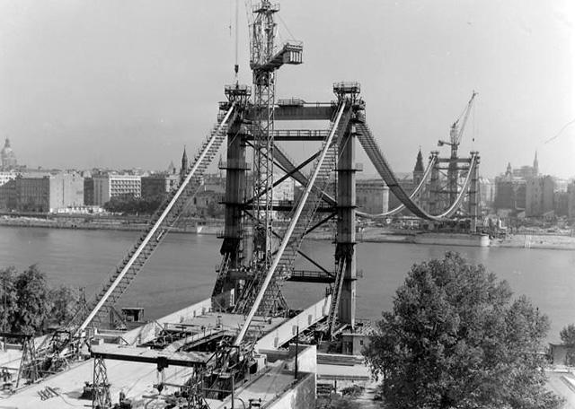 Az épülő Erzsébet híd a Gellérthegyről nézve (Forrás: Fortepan, 1963)
