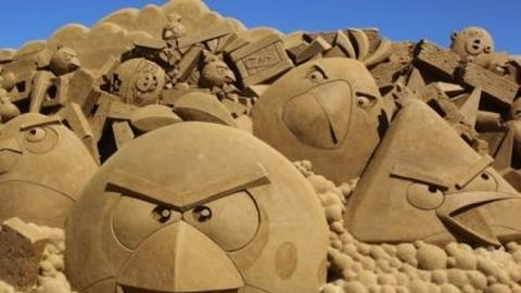 Bámulatos fotók: Angry Birds figurák homokból