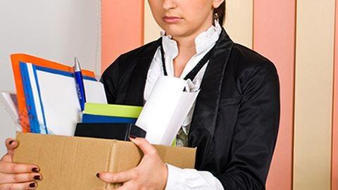 Elbocsátás: fájdalommentesebb, ha nő a főnököd?