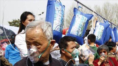 Friss levegőért állnak sorba az emberek