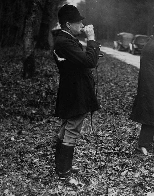 Winston Churchill iszik egy kortyot a vadászat előtt