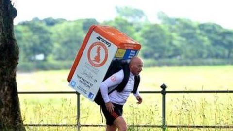 Hűtőszekrénnyel a hátán futotta le a maratont – kétszer