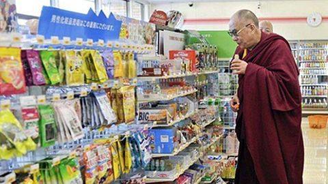 Így shoppingolt egy vegyesboltban a dalai láma – képek