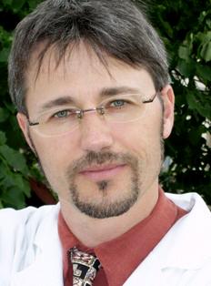 Cikkünk szakértője: Dr. Ráthonyi Gábor, ortopédus és baleseti sebész szakorvos (www.derekfajas.hu)