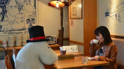 Plüssfigurákkal kávézhatnak a magányosak