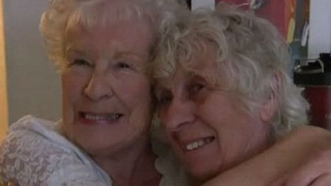 Könnyfakasztó videó: 80 év után talált egymásra az ikerpár