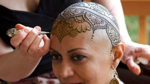 """Hennával """"gyógyítja"""" a rákbetegeket egy művész – képek"""
