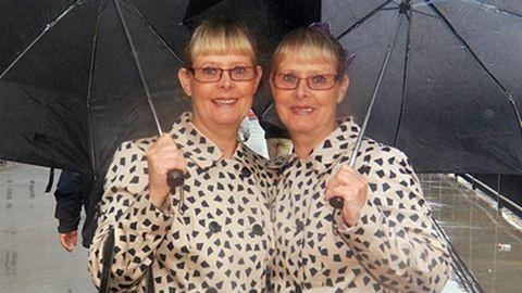 14 éve egyforma ruhában járnak az ikrek