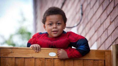 Pókemberként mászik egy kisfiú