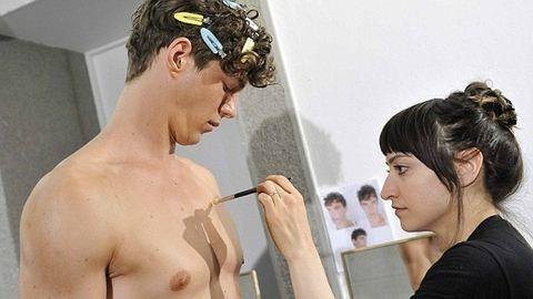 Így púderezik a férfi modellek fenekét a színfalak mögött – fotók