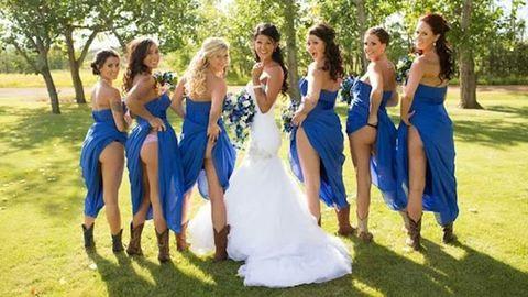 Trendi lett a fenékvillantás az esküvői fotón