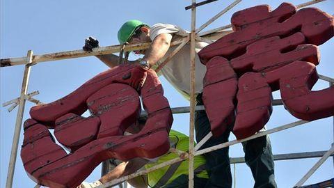 Bontják a józsefvárosi piac ikonikus feliratát – fotók
