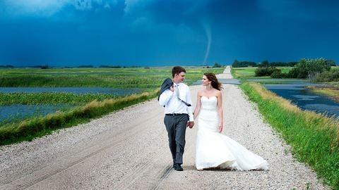 Tornádóval fotózkodott az esküvői pár