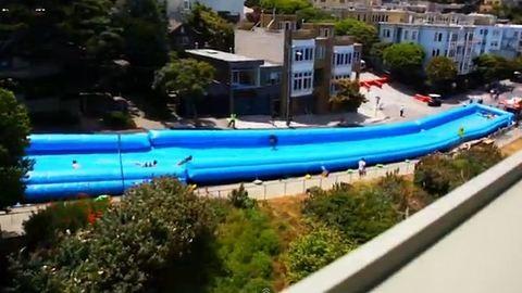 Elképesztő! Óriási vízicsúszda San Francisco utcáin – videó