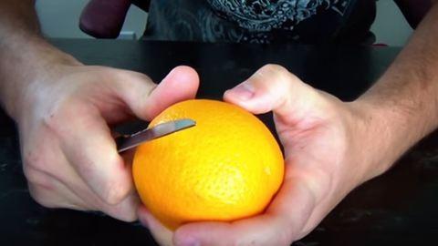 Eddig rosszul pucoltad a narancsot! Itt a tökéletes módszer! – videó