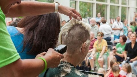 46 anya borotváltatta kopaszra a fejét