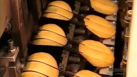 Így kerül a cetli a szerencsesütibe – videó
