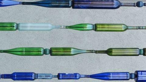 Kerti dekorfal használt borosüvegből