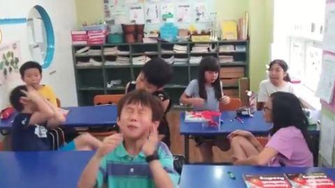 Először kóstolnak extrém savanyú cukorkát a gyerekek – videó