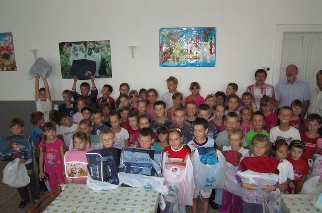 Kárpátaljai iskolások örülnek a tanszereknek. Fotó: Gilicze Réka